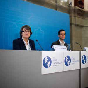Right Livelihood -säätiön puheenjohtaja Amelie von Zweigbergk ja toimitusjohtaja Ole von Uexkull julkistivat tänään Tukholmassa tämänvuotiset palkitut.