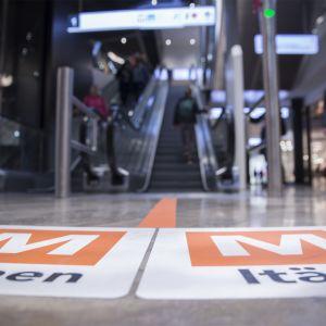 Metro-opasteet Kauppakeskus Redissä.