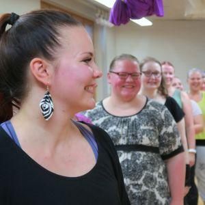 Mimmu Pietilä (vas.) vetää naisten jonoa tanssitunnilla