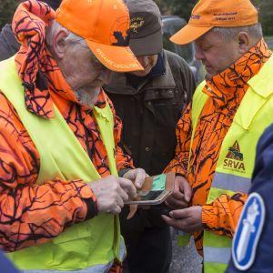 Metsästäjiä ja poliisi susijahdissa Siilinjärvellä.