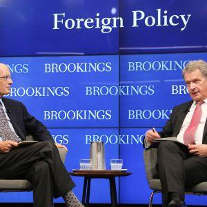 Presidentti Niinistö keskustelee tutkija Strobe Talbottin kanssa ajatushautomo Brookings-instituutissa Washingtonissa 27. syyskuuta.