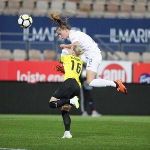 Hongan Anna Vlasoff ja Zürichin Naomi Megroz kamppailevat pallosta.