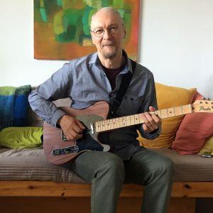 Juha Björninen kitara sylissään