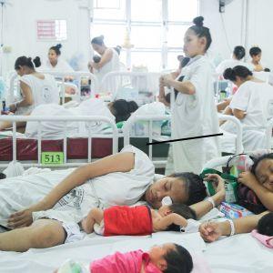 Synnytysosastolla paljon naisia vauvojensa kanssa.