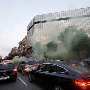 autot pysähtyneinä risteyksessä, savua