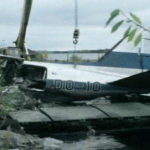 Onnettomuuskoneen pyrstö nostettuna rannalle.