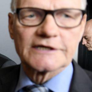 Entinen poliisiylijohtaja Mikko Paatero (edessä oik.) ja Helsingin huumepoliisin entinen päällikkö Jari Aarnio poistuivat lounastauolle Helsingin käräjäoikeudesta 2. lokakuuta .