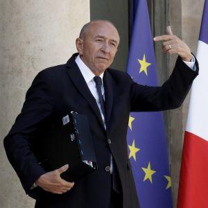 Kuvassa Gérard Collomb Élysée-palatsin ovella. Hänen vasen kätensä on ylhäällä. Takana näkyvät EU:n ja Ranskan liput.