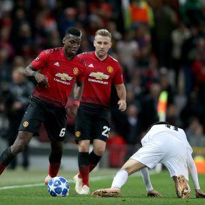 Manchester Unitedin manageri Jose Mourinho (vas.) reagoi Paul Pogban  (keskellä) pallonriistoon Mestarien liigan ottelussa Valenciaa vastaan.