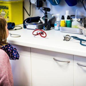 lapsi katselee lääkärin välineitä