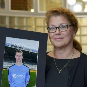 Satu Huuhtanen pitää poikansa Otto Huuhtasen kuvaa