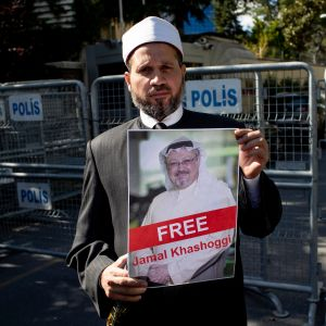Protestoija pitää kädessään saudijournalisti Jamal Khashoggin kuvaa Saudi-Arabian konsulaatin edessä Istanbulissa 5.10.2018.