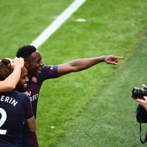 Arsenal juhlii maalia.