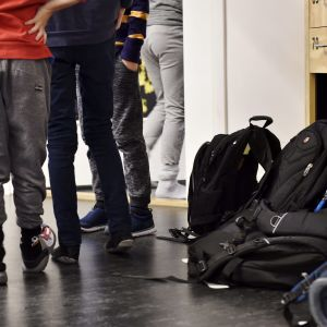 Oppilaita ja reppuja Kalasataman peruskoulun ala-asteella Helsingissä tiistaina 20. maaliskuuta 2018. Kalasataman peruskoulussa on käytössä pulpetiton oppimisympäristö.