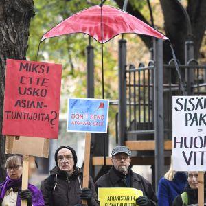 Amnesty Internationalin Suomen osasto järjesi mielenosoituksen palautusten lopettamiseksi Afganistaniin Helsingissä 9. lokakuuta