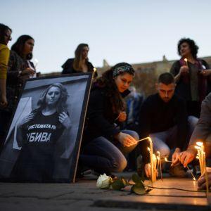 Ihmiset jättävät kynttilöitä, keskellä valokuva Viktoria Marinovasta.