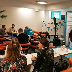 Yle Tampere tekee radiolähetystä Tampereen yliopiston Alakuppilasta, Juha Kokkalan haastateltavana ovat tutkijat Mikko Poutanen ja Meri Kytö.