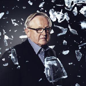 Kuvamanipulaatio jossa Martti Ahtisaari on lentävien lasinsirpaleiden ja sulkien välissä.
