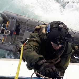 sotilas nousemassa laivaan