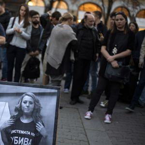 Toimittajaa Viktoria Marinovan kuva ja ihmisiä ympärillä