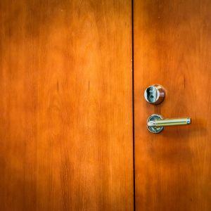 Suljettu ovi Kalajoen kaupungintalolla.