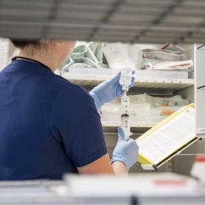 Lääkkeitä valmistellaan käyttöön Oulun yliopistollisessa sairaalassa.