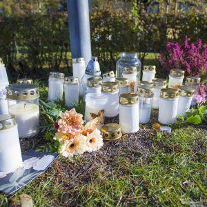 Kynttilöitä onnettomuuspaikalla. Köhniön Erämiehenkadulla lastenvaunuja työntänyt äiti jäi kuorma-auton alle ja kuoli.