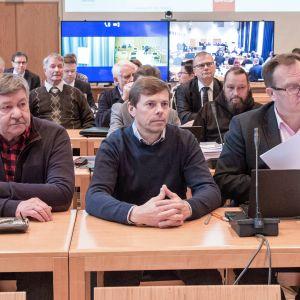 Sali on täpötäynnä ja osa syytetyistä seuraa Anna Mäkelän kuulemista etäyhteydellä Kittilän kunnantalolla.