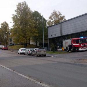 Paloautoja Savonian Opistotien yksikön edessä.