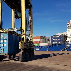Lukki kuljettaa merikonttia Mussalon satamassa