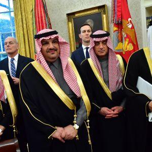 Valkoisen talon kansliapäällikkö John Kelly ja neuvonantaja Jared Kushner seisovat saudidelegaation taustalla Valkoisessa talossa 20. maaliskuuta 2018. Kruununprinssi Mohammed bin Salmanin johtama delegaatio saapui Yhdysvaltoihin neuvottelemaan presidentti Trumpin kanssa.
