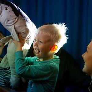 Neljävuotias Valtteri Sysimetsä tekee varjotatteria kalahahmon avulla.