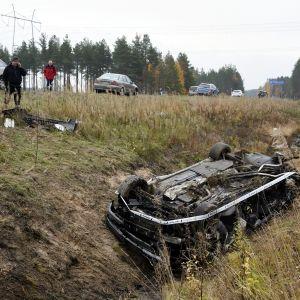 Henkilöauto katollaan ojassa.