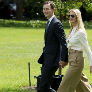 Jared Kushner ja puolisonsa Ivanka Trump Valkoisen talon nurmikolla.
