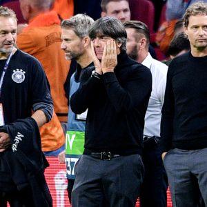 Joachim Löw (keskellä) ei ole saanut Saksan maajoukkueen peliä kulkemaan.