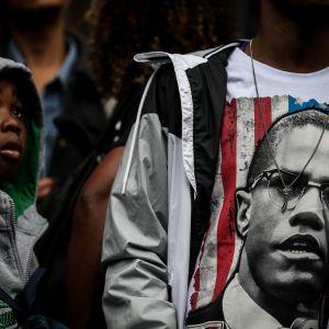 Mielenosoittajan paitaan ikuistettu Malcolm X on yksi Yhdysvaltojen tunnetuimmista ja kiistelyimmistä kansalaisoikeusaktivisteista.