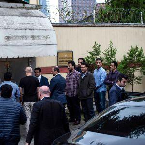 Saudi-Arabian viranomaiset saapuvat tutkimaan Saudi-toimittajan Jamal Khashoggiin katoamista Istanbulin saudi-konsulaatissa 15. lokakuuta 2018.