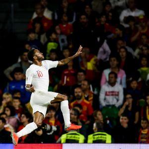 Raheem Sterling juhlii maalia Englannin paidassa.
