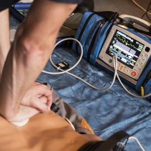 Defibrillaattori koekäytössä.