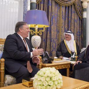 Ulkoministeri Mike Pompeo (vas.) keskustelemassa Saudi-Arabian kuningas Salmanin (oik.) kanssa.