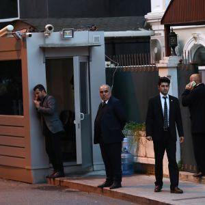 Turkin oikeuslääketieteellinen poliisi saapuu tutkimaan Saudi-Arabian konsulaattia Istanbulissa.
