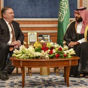 Yhdysvaltain ulkoministeri Mike Pompeo ja Saudi-Arabian kruununprinssi Mohammed bin Salman keskustelevat.