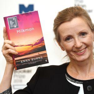 Kirjailija Anna Burns nostaa hymyillen kirjoittamaansa voittajateosta.