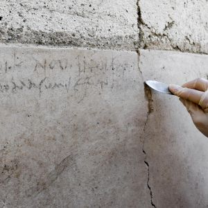 Hiilellä kirjoitettu päivämäärä Pompeijissa