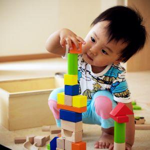 Vuoden ja 10 kuukauden ikäinen Zilin Liu osaa rakentaa hienon palikkatornin.