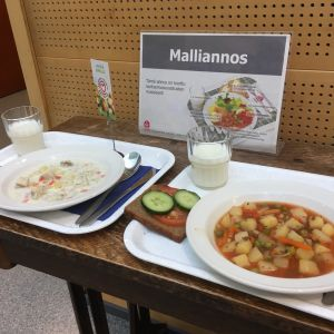 Kotkassa Kymenkartanon koulussa tarjoiltiin lokakuussa kalakeittoa ja kasvis-soijakeittoa.
