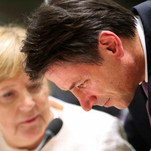 Italian pääministeri Giuseppe Conte ja Saksan liittokansleri Angela Merkel EU-huippukokouksessa Brysselissä torstaina.