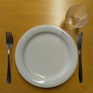 Tyhjä lautanen ja aterimet.