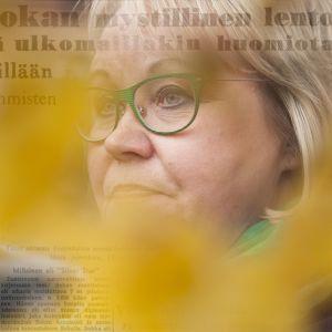 Grafiikka, jossa on Riitta Salken kasvot ja lehtileike Silvo Sokan rakettilennosta.