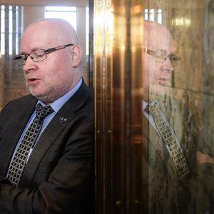 Työministeri Jari Lindström (sin. )uskoo, että uusittukin irtisanomislaki helpottaa irtisanomista pienissä yrityksissä.  Työllisyysvaikutukset ovat kuitenkin pieniä.